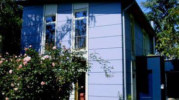 Einfamilienhaus in Ständerbauweise. Schlichte Fromgebung - ähnlich Bauhaus - schafft großzügige Räume.