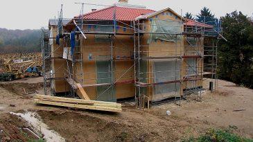 Hier mal ein Holzhauzs in etwas luxuriöser Ausführung kurz vor der Fertigstellung. Das fertige Gebäude möchte ich zum Schutz des Eigentümers hier nicht zeigen.