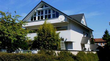 Aufstockung eines Einfamilienhauses mit großzügiger Fenstergiebelfront.