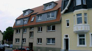 Aufstockung eines Mehrfamilienhauses. Im Dachgeschoss wurden hierdurch zwei großzügige Wohnungen geschaffen.