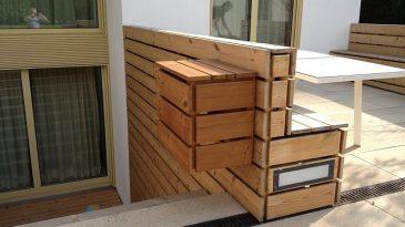 Terassenbänke und Hocker / Tisch in Holzbauweise.